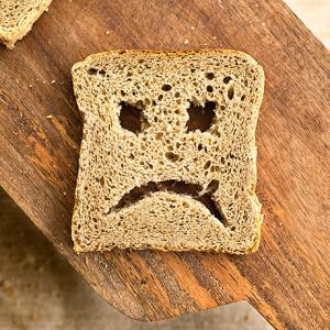 Безопасно ли срезать плесень с хлеба и есть его?