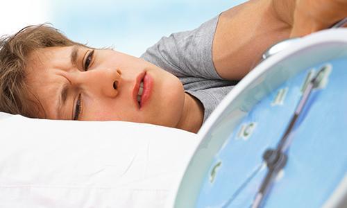 Жаворонки поневоле: чем опасны утренний подъем и работа по ночам