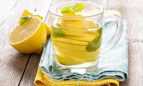 Зачем начинать день со стакана воды с лимоном?
