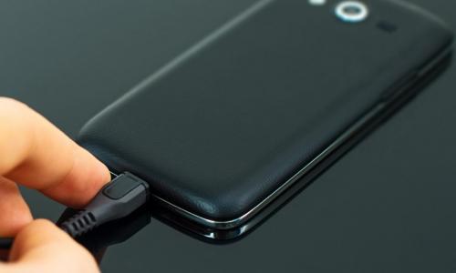 Стоит ли разряжать смартфон полностью перед зарядкой?