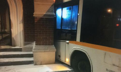 Автобус на полном ходу врезался в резиденцию Путина