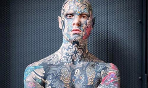 Школьный учитель покрыл лицо татуировками