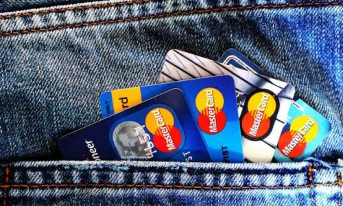 Банковские карты предложили блокировать при подозрительных операциях