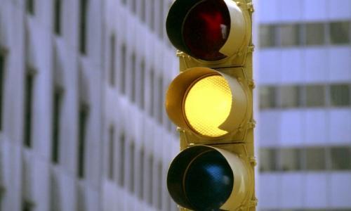 Как наказывают за проезд на желтый сигнал светофора?