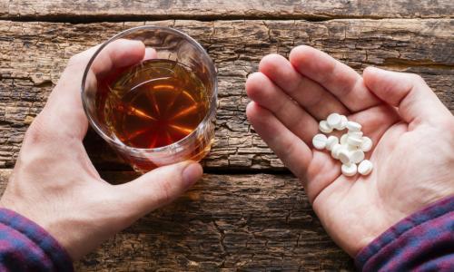 Объяснение наркологов: почему алкоголь нельзя сочетать с антибиотиками