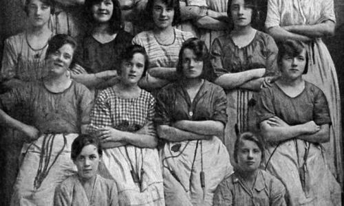 Тайна снимка работниц 1900 года пугает до сих пор