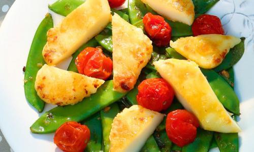Теплый салат с жареным сулугуни