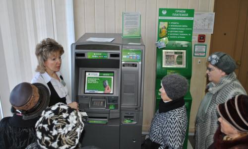 Пять опасных ошибок, которые пенсионеры совершают у банкомата
