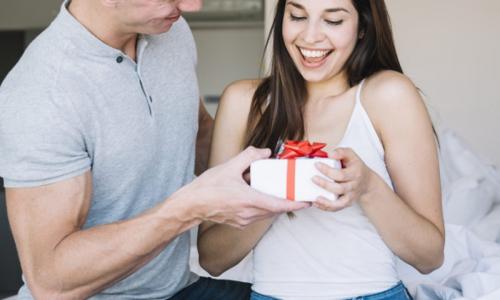 Какие намеки женщины делают мужчине, чтобы получить подарок