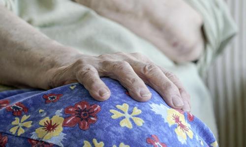 Квартиры одиноких пенсионеров теперь будут выставлять на продажу еще при их жизни