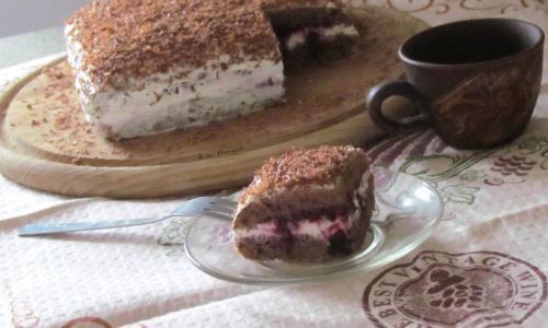 Домашний бисквитный пирог с ягодами