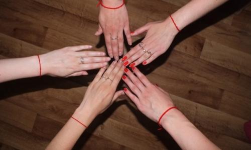 Зачем люди носят на запястье красную нить