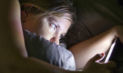 Использование смартфона в темное время суток грозит неизлечимой болезнью