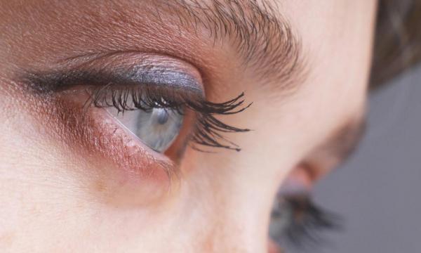 Появление мушек в глазах может быть симптомом опасных нарушений в организме