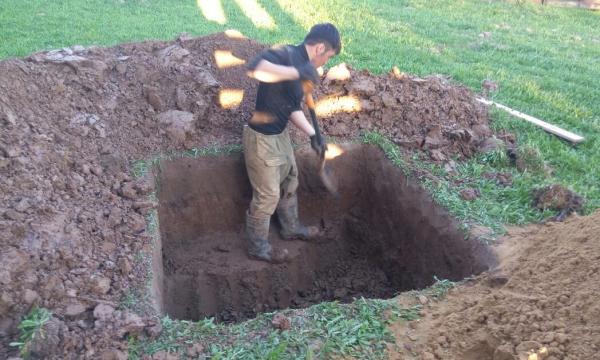 Мужчина рубил скважину в огороде, но тут из земли появилось нечто