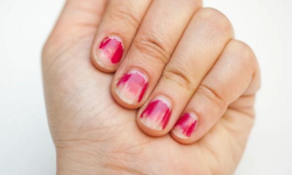 Из соцсетей пришел тренд на облезлые ногти