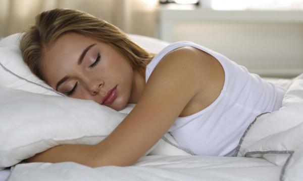 Врач рассказал, почему иногда нужно спать совсем без одежды