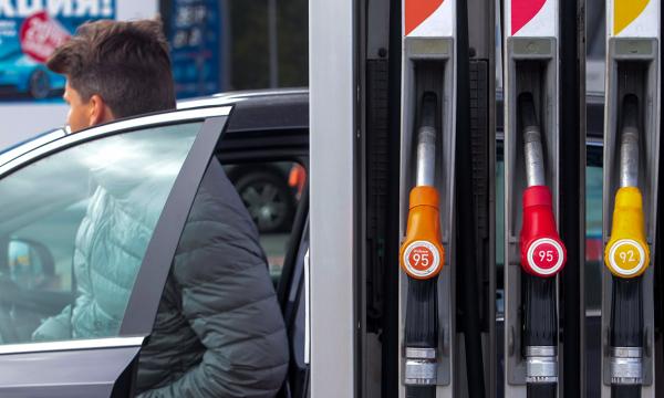 Цена бензина в США упала до 8 рублей за литр