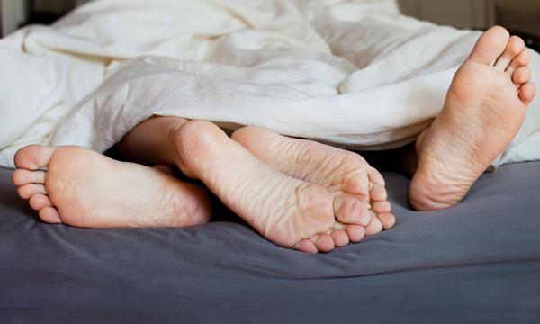 Откуда у людей привычка высовывать ногу из-под одеяла