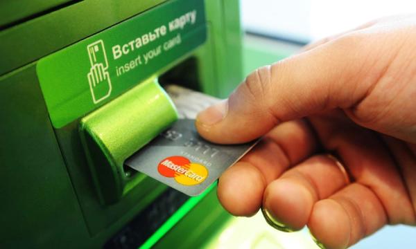 В России начался массовый отказ от банковских карт
