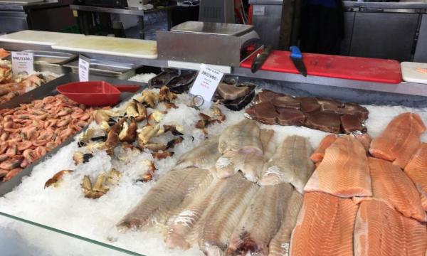 Вы замечали, что в супермаркетах мясо и рыба всегда лежат на белом фоне? Причина?